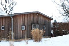 Trähotell i vinter med snö arkivfoto