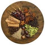 trähugga av blandade kryddor för bräde Arkivfoto