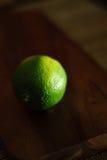 trähugga av limefrukt för block Royaltyfria Foton