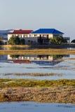 Trähus bredvid en sjö eller en lagun Royaltyfri Bild