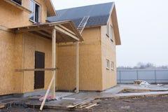 Trähus för nytt byggande under konstruktion royaltyfri bild