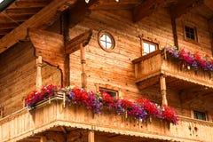 Trähus i österrikiska alps royaltyfri foto