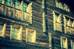 Trähus i Fiesch - Schweiz arkivfoto