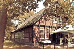 Trähus i korsvirkes- stil Arkivbilder