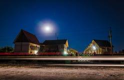 Trähus i månskenet Arkivfoton