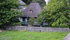Trähus i Rumänien royaltyfri bild