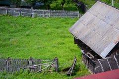 Trähus i Rumänien royaltyfri fotografi