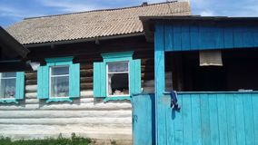 Trähus i Sibirien royaltyfria bilder