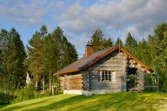 Trähus i skog arkivfoto
