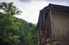 Trähus i skog, hus som göras av naturliga material Gammalt öde trähus i gammalt övergett hus för sommarskog i skog Arkivfoto