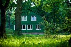 Trähus i skogen Arkivbilder