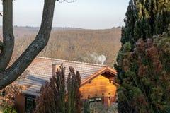 Trähus i skogen i Tyskland arkivfoton