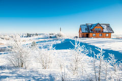 Trähus i vinter arkivbilder