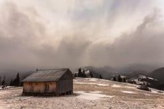 Trähus i vinterskog Arkivbilder