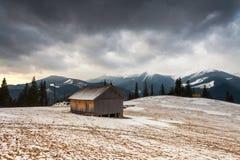 Trähus i vinterskog Arkivbild
