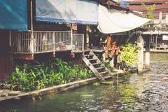 Trähus längs kanalerna flod, Thailand royaltyfria foton
