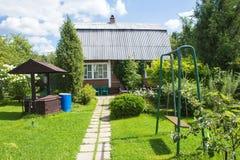 Trähus med att blomstra trädgården Royaltyfri Foto