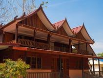 Trähus med bakgrund för blå himmel Fotografering för Bildbyråer