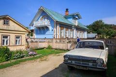 Trähus med den sovjetVolga bilen framme av honom suzdal russia Arkivfoton