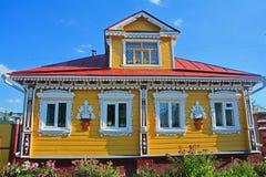 Trähus med sned platbands i Suzdal, Ryssland Arkivbild