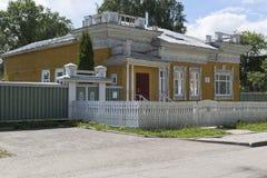 Trähus med sned prydnader som konstrueras i århundradet XIX på den Mayakovsky gatan i staden av Vologda royaltyfria foton
