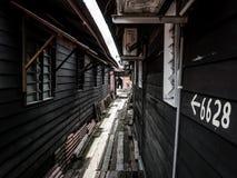 Trähus med strålen av ljus Arkivfoto