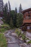 Trähus nära en bergflod royaltyfria foton