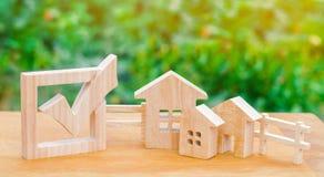Trähus och checkbox Begreppet av val i kommunen Lag på fastighet Lokala lagar Kriterier och fördelar royaltyfri foto