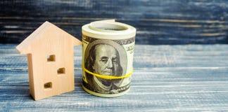 Trähus och dollar på en blå bakgrund verkligt begreppsgods köpa sälja som hyr kreditering för egenskap försäljningsapartme arkivbilder