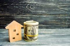 Trähus och dollar på en svart bakgrund verkligt begreppsgods köpa sälja som hyr kreditering för egenskap försäljningsapartm royaltyfri fotografi