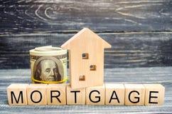 Trähus och dollar Träkvarter och inskrift`en intecknar `, kreditering för egenskap _ Affärslån för verklig es arkivfoto