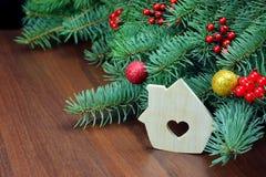 Trähus- och granträd Handgjorda prydnader för jul Ny Yea fotografering för bildbyråer