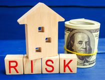 Trähus och kuber med ordrisken Begreppet av risken, förlust av fastigheten Egenskap insurance Lån som säkras av hemmet, ap royaltyfria foton
