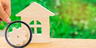 Trähus och kugghjul Begrepp av projektutveckling Ef energi royaltyfri bild