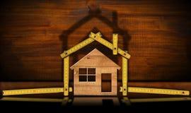 Trähus och linjal - begrepp för konstruktionsbransch royaltyfria foton