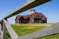 Trähus och staket Arkivbild