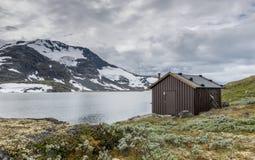 Trähus på den berömda ståndsmässiga vägen 55 Norge Royaltyfri Bild
