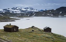 Trähus på den berömda ståndsmässiga vägen 55 Norge Arkivfoto