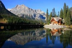 Trähus på Emerald Lake, Yoho National Park, Kanada Fotografering för Bildbyråer