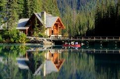 Trähus på Emerald Lake, Yoho National Park, Kanada Arkivfoto