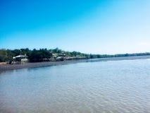 Trähus på havsframdelen med blått vatten och blå himmel royaltyfri foto