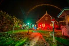 Trähus på natten i Nida royaltyfria bilder