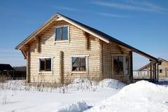 Trähus på vintern, oavslutad konstruktion, solig dag fotografering för bildbyråer