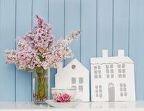 Trähus, porslintekopp och grupp av lilan Royaltyfria Bilder