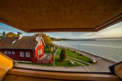 Trähus som är synligt från ett fönster royaltyfri foto