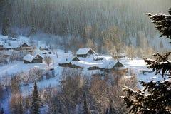 Trähus som skräpas ner med massor av snö Landet landskap royaltyfria bilder