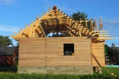 Trähus under konstruktion Arkivfoto