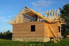 Trähus under konstruktion Arkivbilder