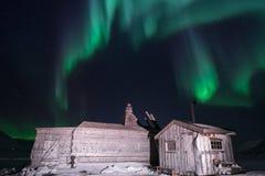 Trähuset, yurt förlägga i barack på bakgrunden som det polara nordliga norrskenet tänder Royaltyfria Foton