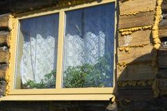 Trähusfönster Arkivfoto